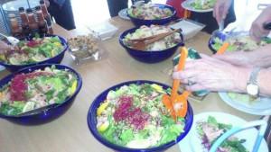 Lunch med sallader av kyckling respektive lax