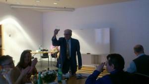Veteranen Lars Larås från Luleå höjer en skål för gillet